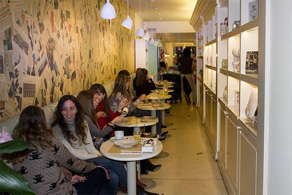 Mesitas para compartir tu té-cena con amigas. Foto: Gentileza Agustina Ferreri