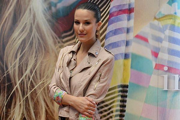 ¿Qué te parece la chaquete de Luli Fernández? Eligió una en color beige, con cierres, para pasar por India Style. Foto: gentileza India Style