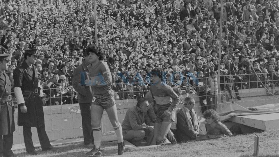 19-7-1981: la pasión de siempre en un recibimiento en la Bombonera.. Foto: LA NACION