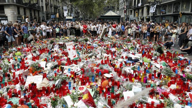 Las ofrendas a las víctimas se acumulan en La Rambla.