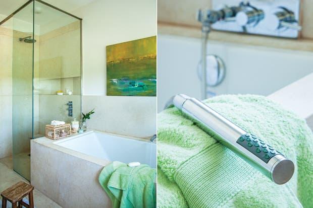 Griferia Para Baño Con Duchador:La dueña de este baño buscó continuidad con el resto de su casa