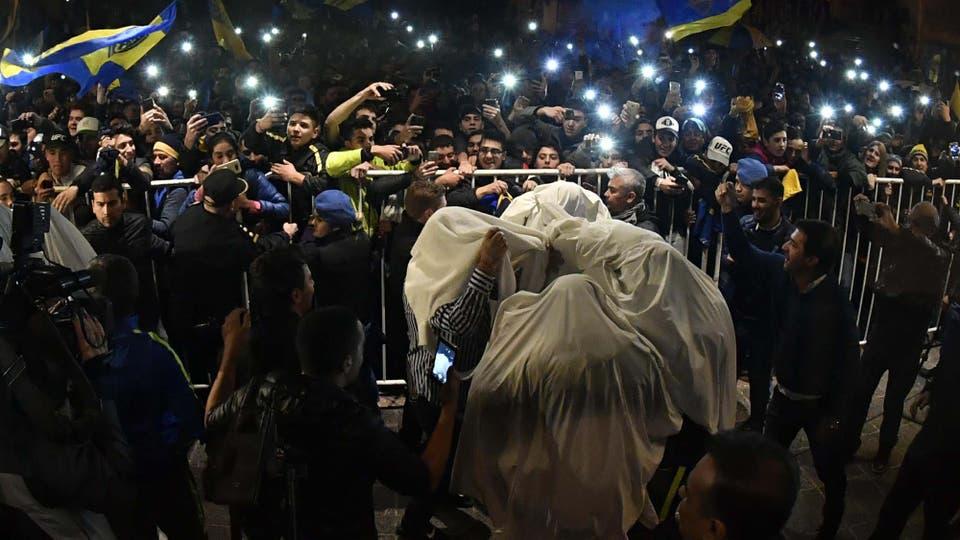 Los jugadores de Boca se disfrazaron de fantasmas y saludaron a los hinchas afuera del hotel. Foto: AFP