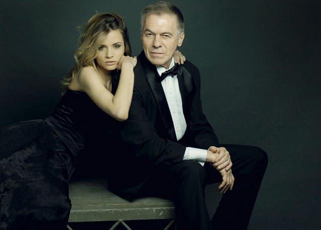 Solá junto a su actual mujer, Paula Cancio, cuando juntos se subieron al escenario a realizar la obra El diario de Adán y Eva