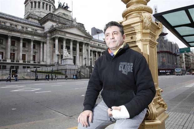 Adrián Venecio tiene 53 años y hepatitis C
