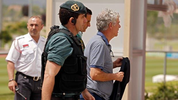Angel Villar escoltado por la Guardia Civil