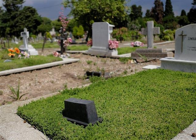 Floreros dados vuelta en el cementerio de la Chacarita para evitar los criaderos