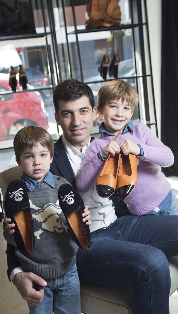 Martín con sus dos hijos, Francisco y Vicente.