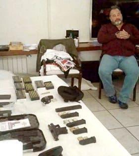 Balcedo, ya detenido y, cerca de él, el arsenal que le incautaron