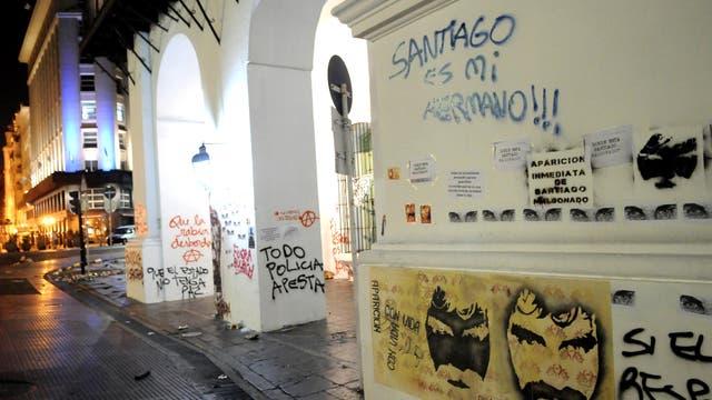 Así estaba anoche la fachada del Cabildo tras los incidentes
