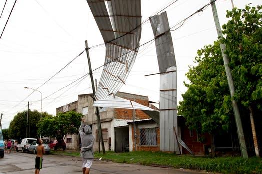 Un techo se voló y quedó colgando de los cables de luz en La Tablada. Foto: LA NACION / Aníbal Greco