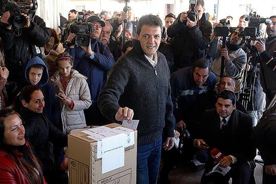 Sergio Massa fue a votar junto a sus hijos Milagros y Tomás. Foto: Reuters
