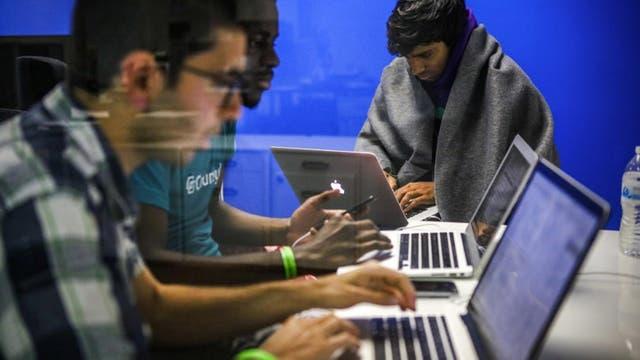 Los participantes de Hackathón, trabajan hasta altas horas de la noche