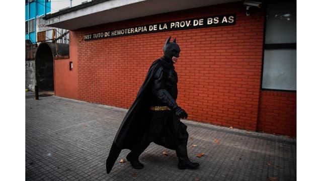 Batman llegando al hospital Sor Maria Ludovica en La Plata