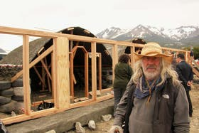 Mike Reynolds, el arquitecto estadounidense, junto al proyecto de la Nave Tierra, en pleno proceso de construcción