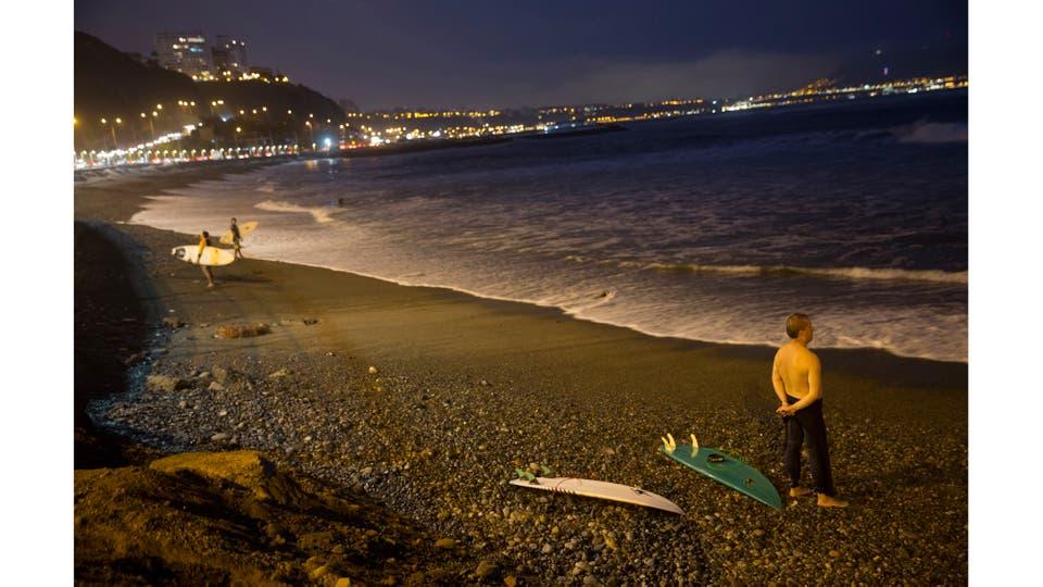 Un hombre observa el mar antes de entrar a surfear. Foto: AP / Rodrigo Abd