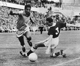 Mané Garrincha supera a Mel Hopkins, de Gales, durante un partido de los cuartos de final del Mundial de Suecia 58