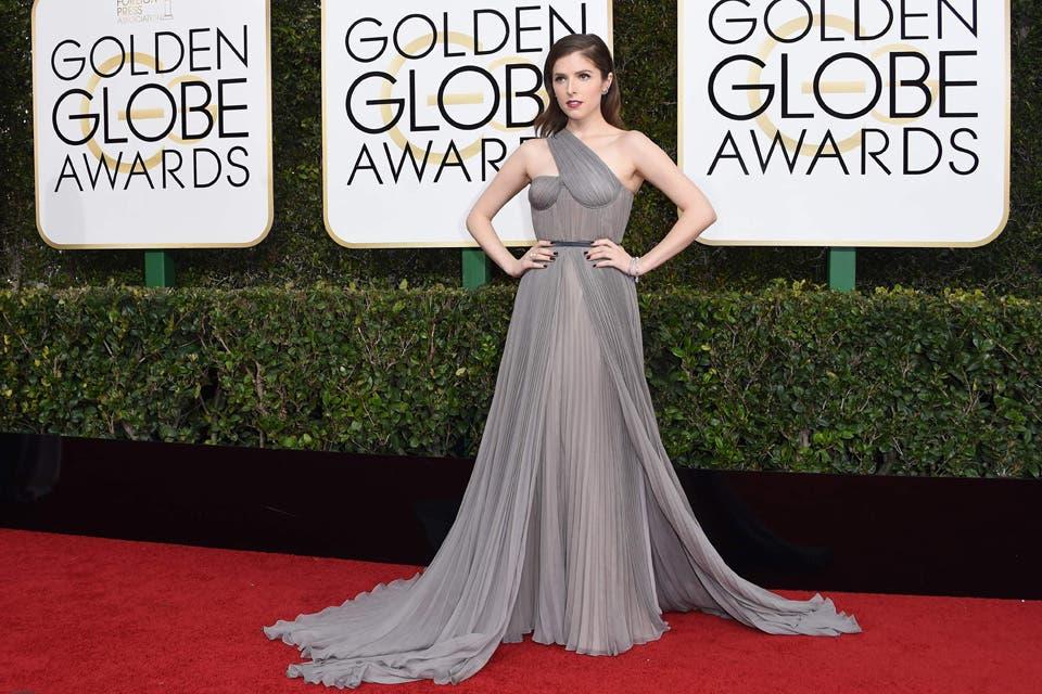 Anna Kendrick se inclinó por un vestido asimétrico de color gris. Foto: OHLALÁ! /Reuters, AFP