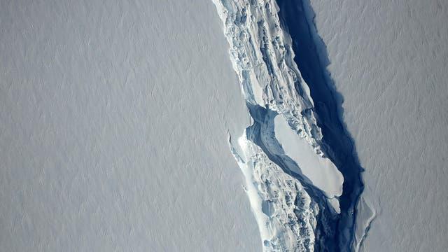Este bloque de hielo del segmento Larsen C de la Antártida. Actualmente, se encuentra a la deriva en el mar de Weddell. Se prevé que reciba el nombre de A68.
