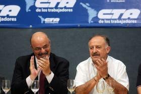 El ministro de Trabajo, Carlos Tomada, y el jefe de la CTA afín al Gobierno, Hugo Yasky, durante la reunión que mantuvieron en la sede de la central sindical