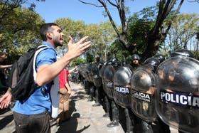 Refriega entre manifestantes y la Policía Metropolitana en el hospital Borda, el viernes pasado