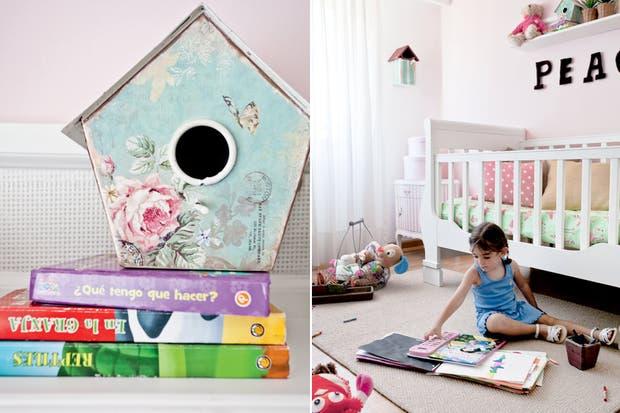 Mientras la pared de la cuna se pintó en rosa muy pálido, el resto de la habitación es toda blanca. Sobre la cama, repisa con frente de rafia para sostener pequeños adornos, macetitas y libros..