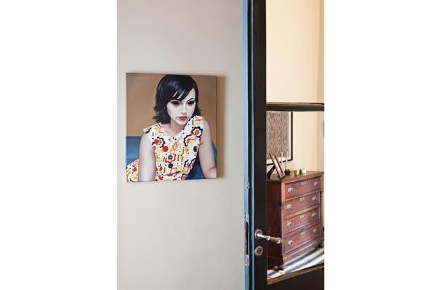 """En la pared, """"Andy 1"""", retrato de una mujer. Este óleo sobre tela de 50x60cm es obra de la artista brasilera Thais Zumblick, que actualmente vive y trabaja en Buenos Aires.."""