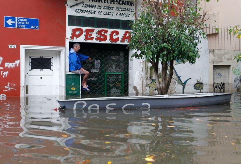 El avance del agua provocó serios destrozos; murieron al menos cinco personas y hay varios heridos. Foto: Reuters