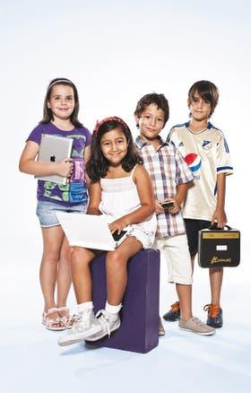 Manuela (7), Juan Cruz (9) y los mellizos Juan Cruz y Guadalupe López Guiliani (6) comparten usos y costumbres del nuevo milenio