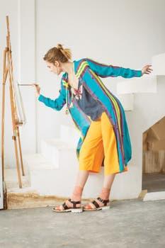 Poncho de hilo tejido (Mishka), vestido de seda con estampa japonesa (Wanama), corbatín de seda (Rapsodia), pantalón de seda lavada (Uma), aros (Mai Cassal), zapatos babuchas en punta de cuero metalizado (A Pie). Foto: Nicolás Faig