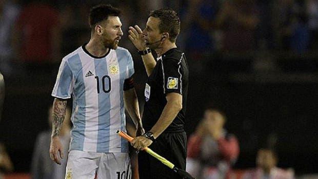 El momento en el que insultó al línea, en el partido contra Chile, que terminó con cuatro partidos de suspensión para Messi