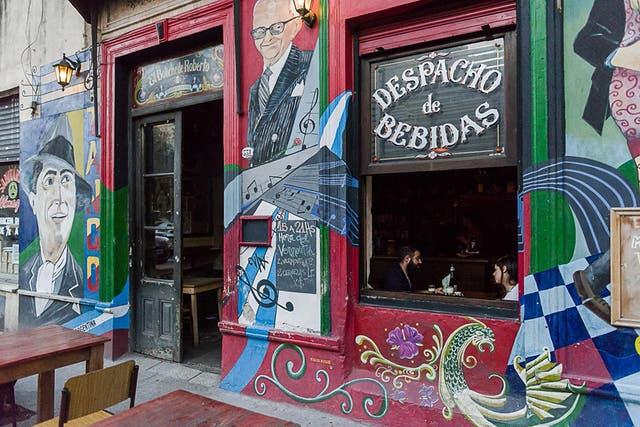 Carlos Gardel y Osvaldo Pugliese en la fachada del bar