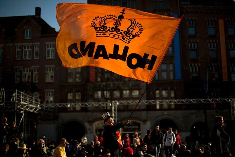 A pocas horas de la entronización del príncipe y su esposa argentina, las calles de Holanda se llenan de souvenirs en homenaje a los nuevos reyes. Foto: AP