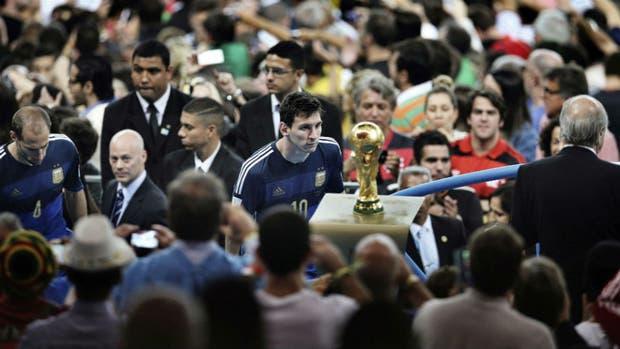 La foto que pasó a la historia: Lionel Messi y la Copa, tan cerca y tan lejos