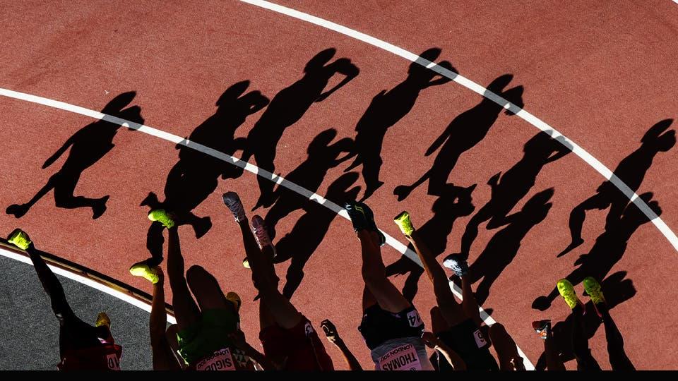 Las sombras de los atletas se proyecta sobre la pista durante los 3000 metros de los Mundiales de Atletismo de Londres. Foto: Reuters