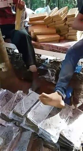 El armado de los panes de droga en Paraguay