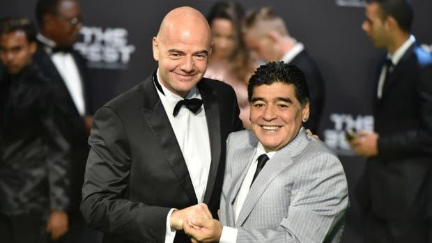 Maradona con Infnatino en la gala de la FIFA en Zurich