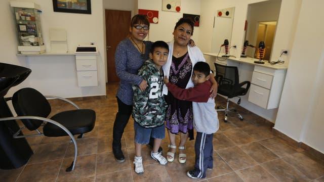 Ana María Salinas Quispe celebra la remodelación de su peluquería