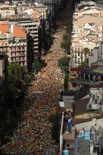 Un enorme cantidad de gente que parece no tener fin. Foto: Reuters