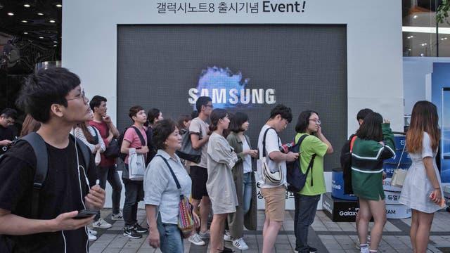 Varias personas esperan para entrar a un evento organizado por Samsung el día en que Lee Jae-Yong, heredero del imperio es condenado a 5 a?os de prisión