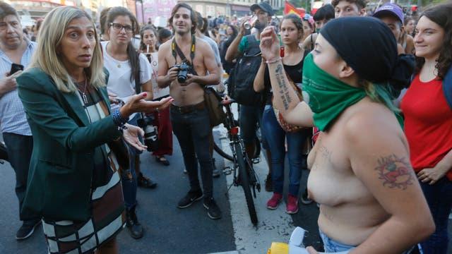 """Tetazo en el Obelisco contra el machismo y en reclamo de """"la soberanía de los cuerpos"""". Foto: LA NACION / Fabián Marelli"""