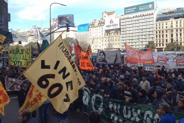 Trabajadores de la línea 60 de colectivos cortan la 9 de Julio a la altura del Obelisco