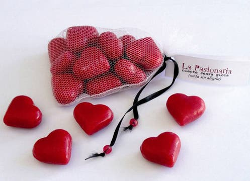 La jabonería gourmet La Pasonaria propone el set ´´Cuánta pasión´´: una delicada bolsita con una docena de pequeños corazones rojos de jabón aroma a frutilla ($12, www.pasionariaargentina.com.ar). Foto: lanacion.com