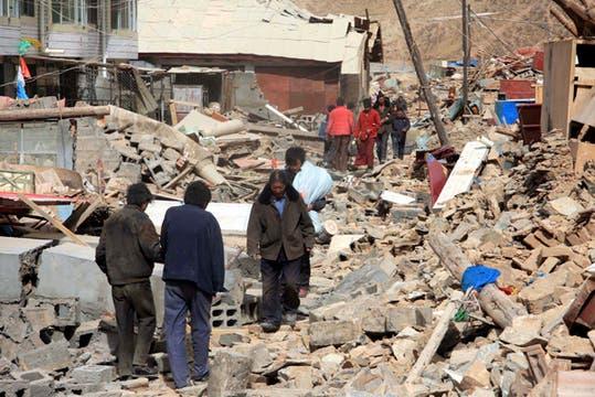 La gente camina sobre las ruinas de los edificios destruidos tras el terremoto en el condado de Yushu, Qinghai, noroeste de China. Foto: AP