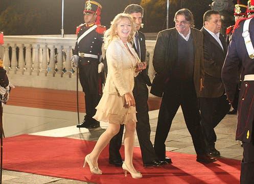 Soledad Silveyra se vistió de color manteca de la cabeza a los pies; llevó un vestido con volados y un blazer entallado con hilos de lúrex. Foto: LA NACION y agencias