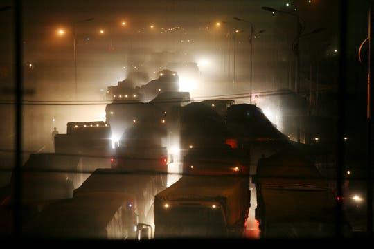 Las construcción de una carretera está generando el caos de tránsito más grande de China, son 100 kilómetros de autos y camiones desde hace 10 días. Foto: AP