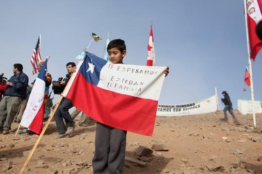 Un niño espera con una bandera chilena la salida de un familiar atrapado en la mina. Foto: LA NACION / Aníbal Greco