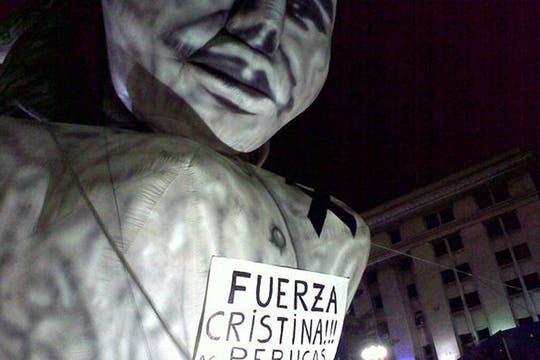 La noche en Plaza de Mayo, con homenajes varios. Foto: lanacion.com / @msolamaya