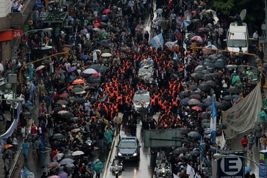 Una mar de gente acompaña el cortejo por la avenida Córdoba y 9 de JUlio. Foto: LA NACION / Miguel Acevedo Riú