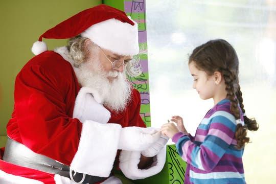 Con sus mensajes y cartas, los chicos aguardan durante todo diciembre la llegada del simpático personaje del Norte. Foto: Archivo
