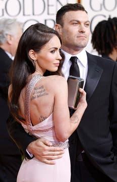 Sexy. Megan Fox nunca abandona su pose seductora. En la foto, junto a su marido.. Foto: Reuters